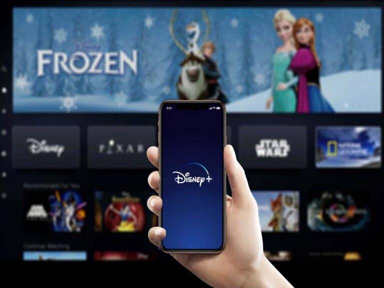 televisão mostrando página inicial da disney+