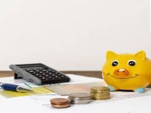Cofre, moedas e calculadora representam o estudo da educação financeira