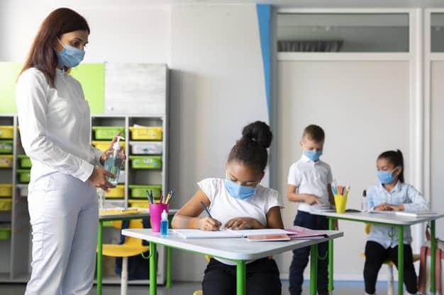 Professora e alunos usam medidas para evitar a propagação do novo coronavírus