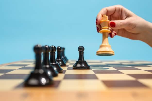 Jogo de xadrez simboliza a estratégia financeira e as peças que influenciam sua gestão