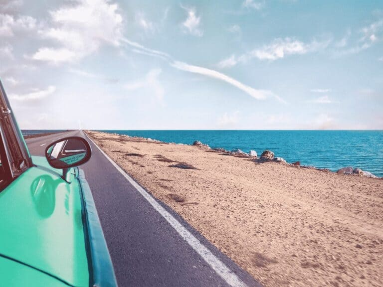 carro e praia, representando feriados 2021