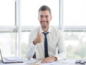 executivo satisfeito com suas finanças pessoais