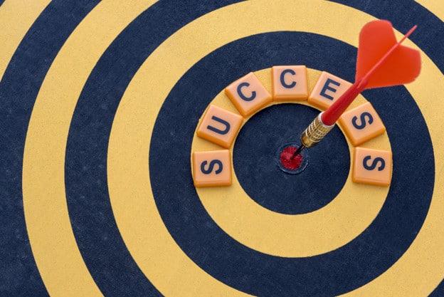 Placa de tiro de dardo indica o foco em manter o controle financeiro pessoal