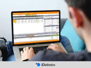 homem usando o home broker inter em um laptop