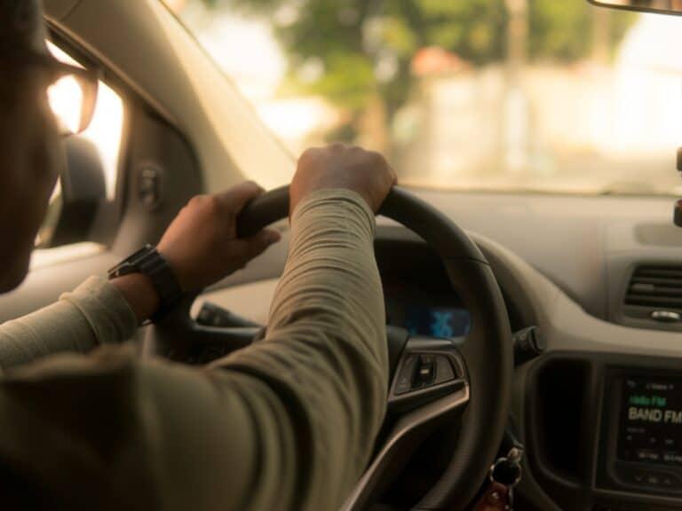 pessoa no volante, representando pagar iptu e ipva