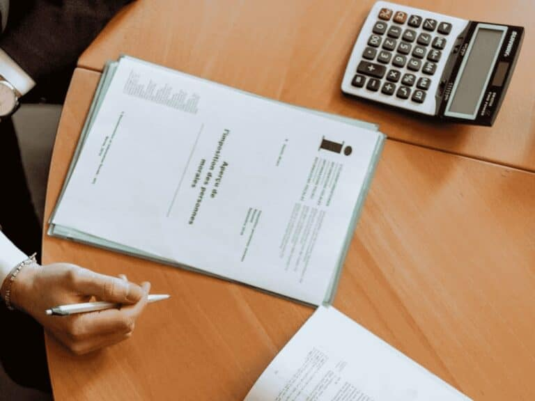 pessoa com papel e calculadora, representando iptu fortaleza