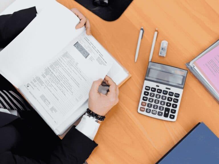 pessoa com caderno e calculadora, representando iptu sp