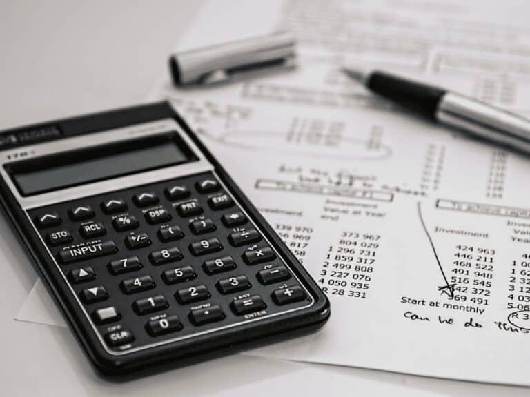calculadora e papel, representando ipva 2021 ba