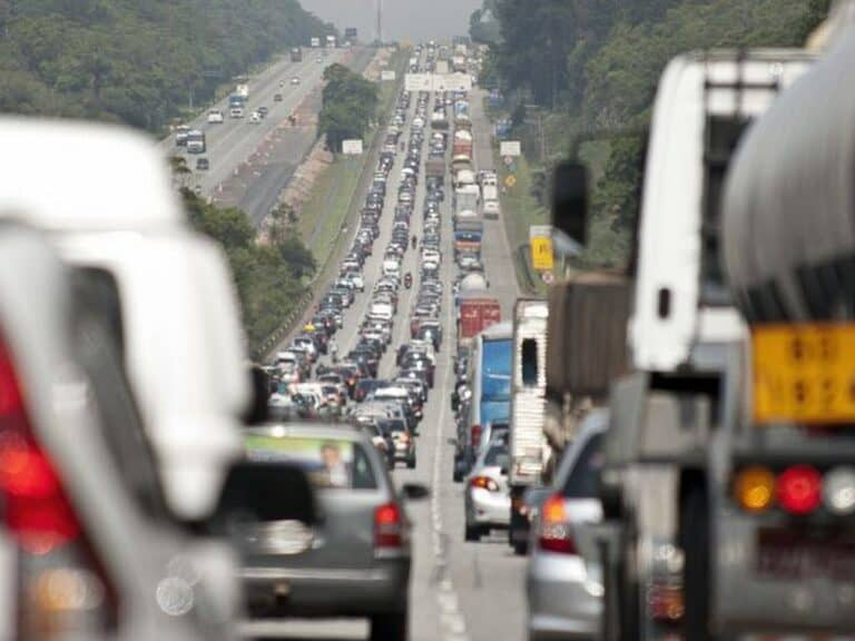 carros em estrada, representando ipva 2021 de sp