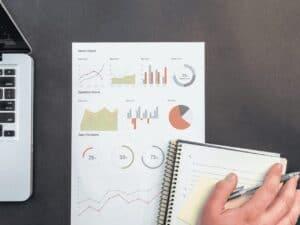 caderno com gráficos, representando saque do pis/pasep