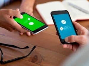 pessoas segurando celulares, representando Conta-salário integrada ao Pix