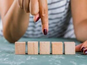 planejamento financeiro: mulher aponta blocos de forma objetiva