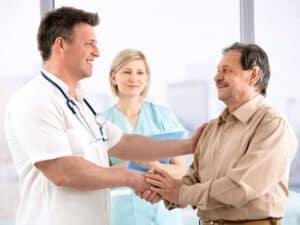 Imagem de uma pessoa em uma consulta médica, representando o conteúdo sobre plano de saúde barato
