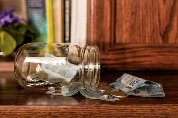 pote com dinheiro indica que é importante começar a poupar desde cedo, mesmo que em pequenas quantias