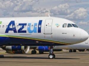 avião da azul no solo, representando programa de estágio azul