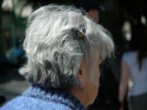 cabeça de mulher de cabelos brancos representando redução na taxa do consignado