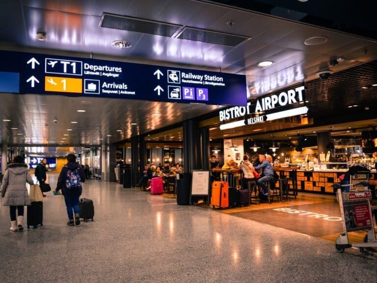 imagem de aeroporto, representando taxa de passagens aéreas para os EUA