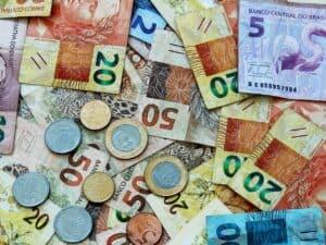 cédulas e moedas representando tipos de renda
