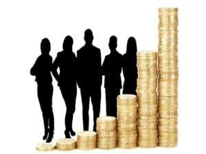 imagem com a sombra de homens e mulheres vestidos como profissionais e na frente várias pilhas de moedas em ordem crescente, representando maiores e menores salários de 2020