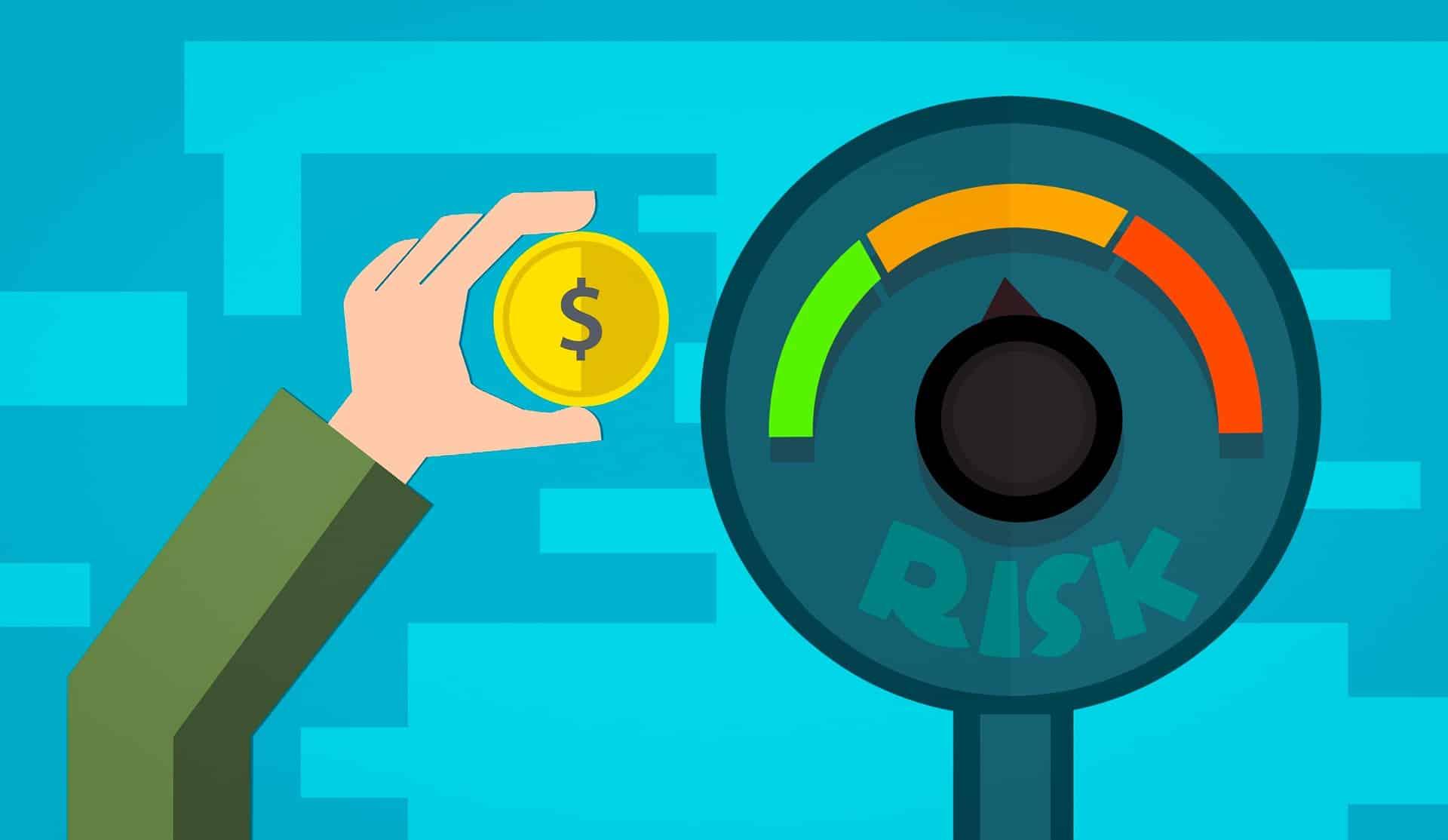 Placa indicando o grau de risco nas cores verde, laranja e vermelho. Pessoa segurando uma moeda ao lado.