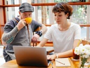 Imagem de dois empreendedores que podem usar a plataforma UOL Meu Negócio