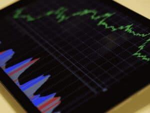 tablet mostrando gráficos, representando falsos investimentos