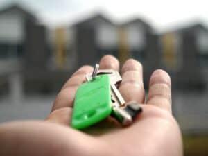 mão segurando chaves representando preço médio do aluguel de imóveis