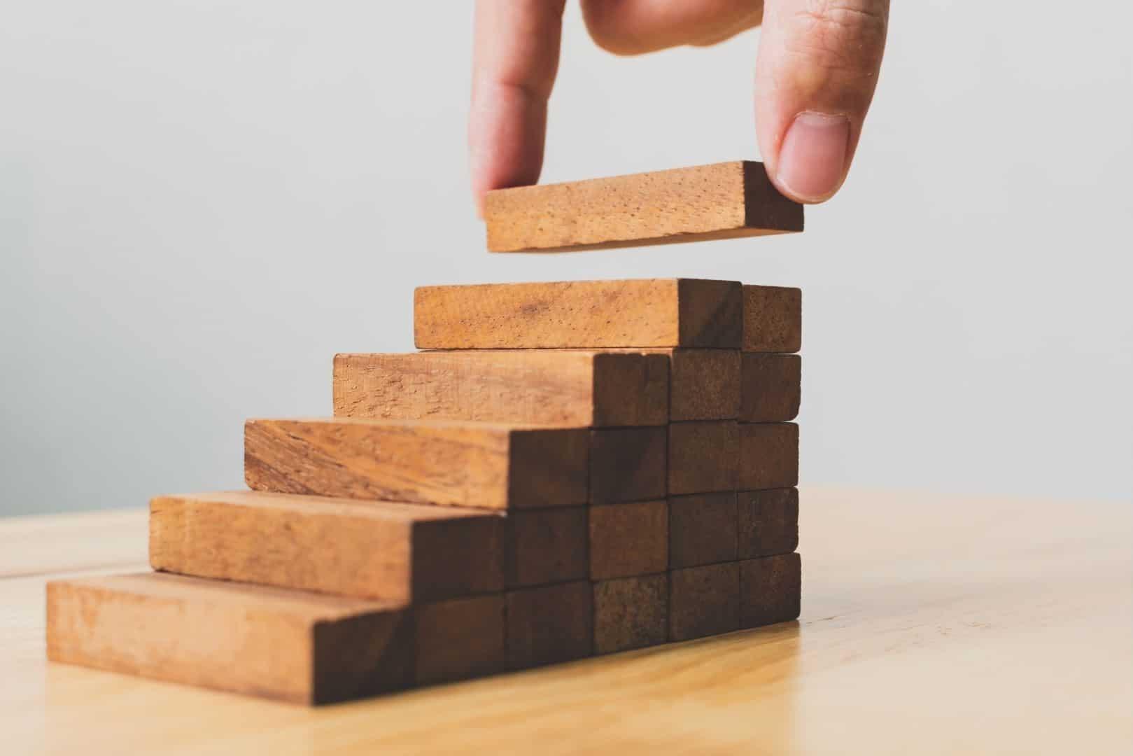 escada sendo construída com blocos de madeira
