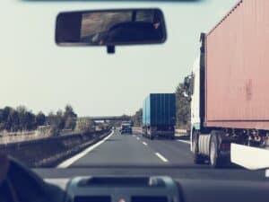 vista de estrada do interior de um carro representando rodovias federais