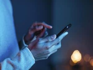Homem usa o celular considerando as vantagens e desvantagens do PIX