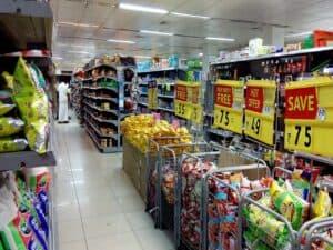 corredor de supermercado, simbolizando desconto no dia do consumidor