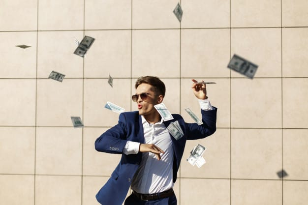 homem dança enquanto notas caem a sua volta simbolizando a dúvida se os aplicativos para ganhar dinheiro funcionam