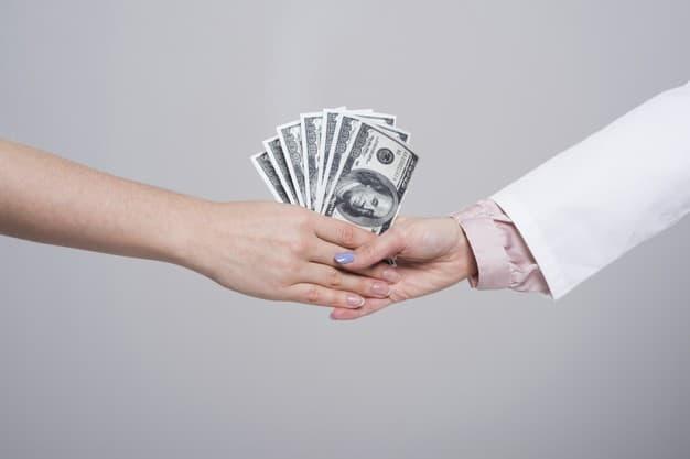 mãos femininas trocam notas mostrando que alguns aplicativos dão dinheiro por algum motivo