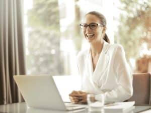 mulher utilizando computador, representando banco de talentos