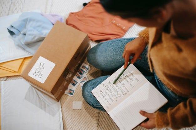 Imagem de uma pessoa escrevendo e gerenciando caixas para representar o post sobre como ganhar dinheiro extra com dropshipping