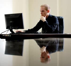 conta digital mei: imagem de um homem de terno usando computador