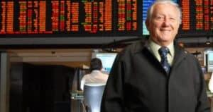 foto de Luiz Barsi em frente ao painel da bolsa de valores