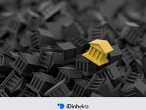 bancos de brinquedo amontoados na cor preta e um amarelo em destaque representando o melhor banco para investir