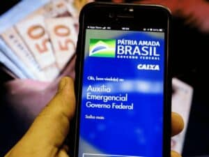 mão segurando celular no aplicativo do auxílio emergencial 2021. beneficiários que tiveram o suporte negado devem recorrer até o próximo dia 12