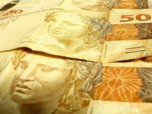 cédulas de R$ 50 representando pagamento do abono salarial