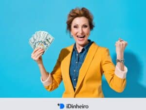 mulher idosa segurando notas de dinheiro na mão e expressão comemorativa, simbolizando previdência privada