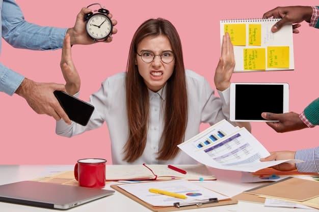 mulher mostra estar com muitas atividades enquanto trabalha em casa e usa aplicativos para ganhar dinheiro