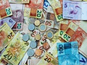 cédulas e moedas diversas representando auxílio emergencial para quem é do Bolsa Família