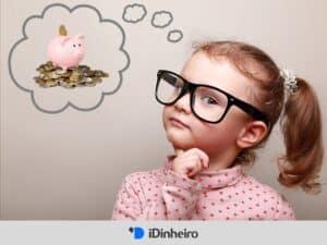criança refletindo sobre como gastar menos e economizar dinheiro