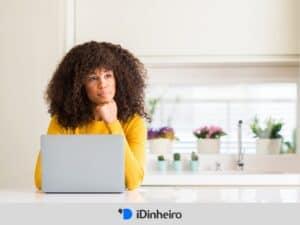 mulher pensando sobre como escolher uma corretora de valores