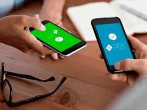 duas pessoas segurando celulares com logos do PIX, representando novas funções PIX