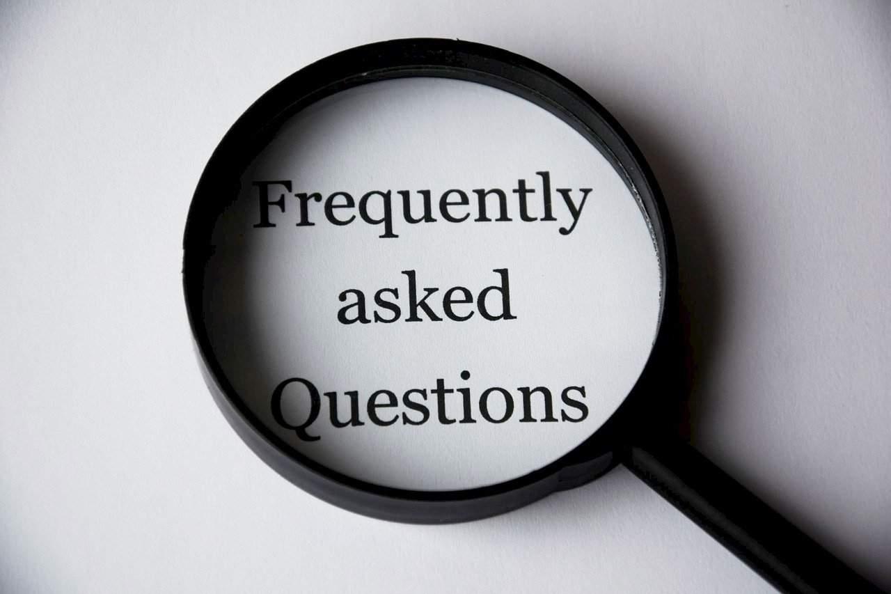 Lupa em cima das palavras frequently asked questions (perguntas frequentes)
