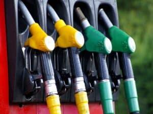 bombas em posto representando preço da gasolina e diesel em queda, o último combustível cai 2%