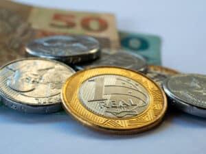 moedas e cédulas, representando Salário mínimo em 2022