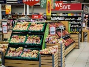 corredor de supermercado, com prateleiras de maças. durante a pandemia, rede oferece desconto para quem comprar com auxílio emergencial 2021